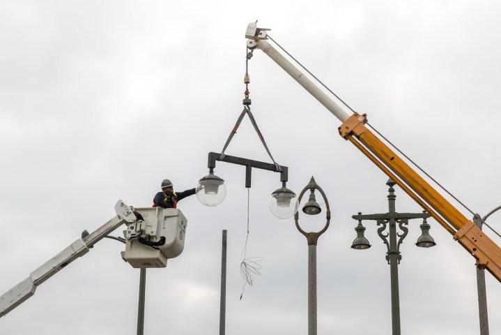 LA's Iconic Lamppost Artwork Will Shine Again