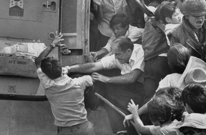 Um evacuado de guerra norte-americano dá um soco em um sul-vietnamita por um lugar no último helicóptero que deixava a embaixada dos Estados Unidos durante a evacuação de Saigon, em 1975
