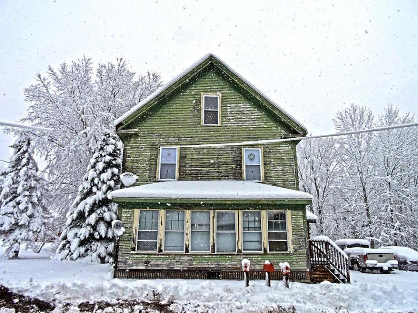 casas-solitarias-cobertas-de-neve-12