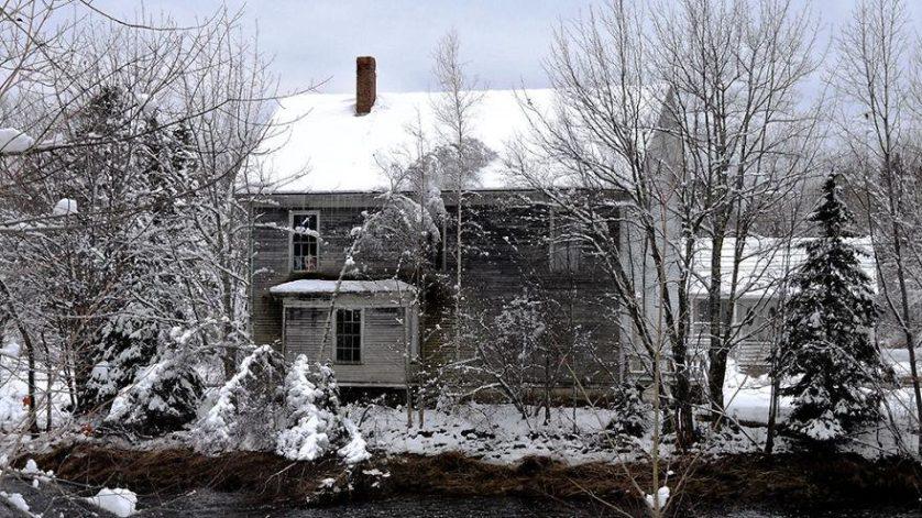 casas-solitarias-cobertas-de-neve-14