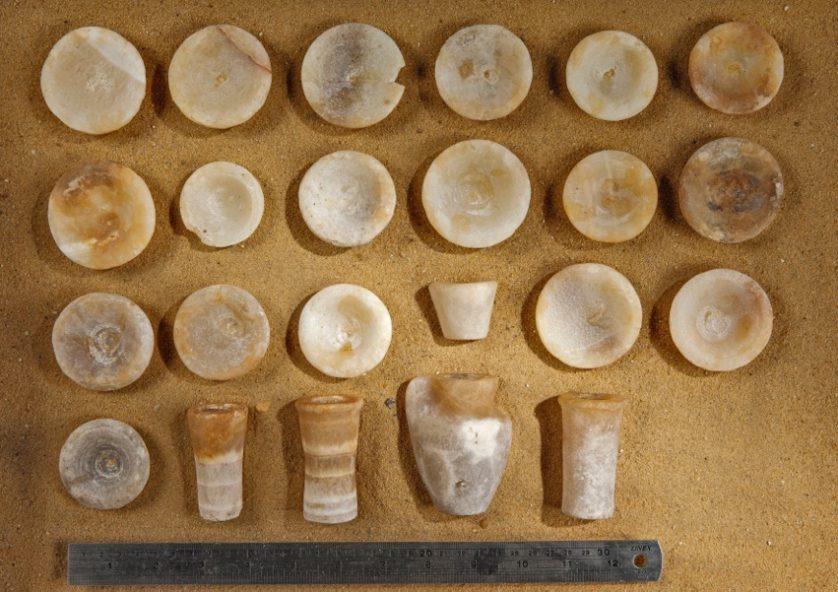 O túmulo continha duas dezenas de utensílios feitos de calcário e cobre