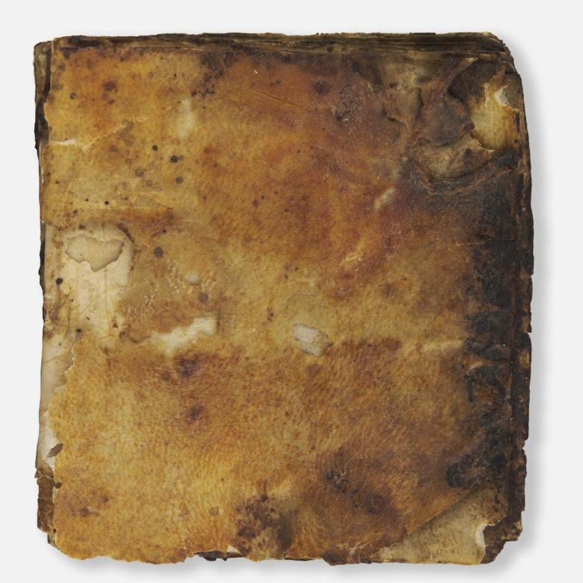 O evangelho, que remonta cerca de 1.500 anos, ainda tem seu revestimento de couro original