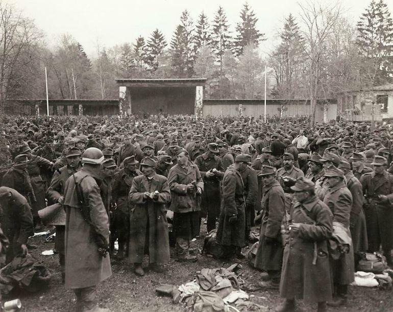 Rendição húngara. As tropas que se renderam ao 7º Exército são reunidas em Garmisch-Partenkirchen, cena dos últimos Jogos Olímpicos de Inverno, realizados antes da guerra.