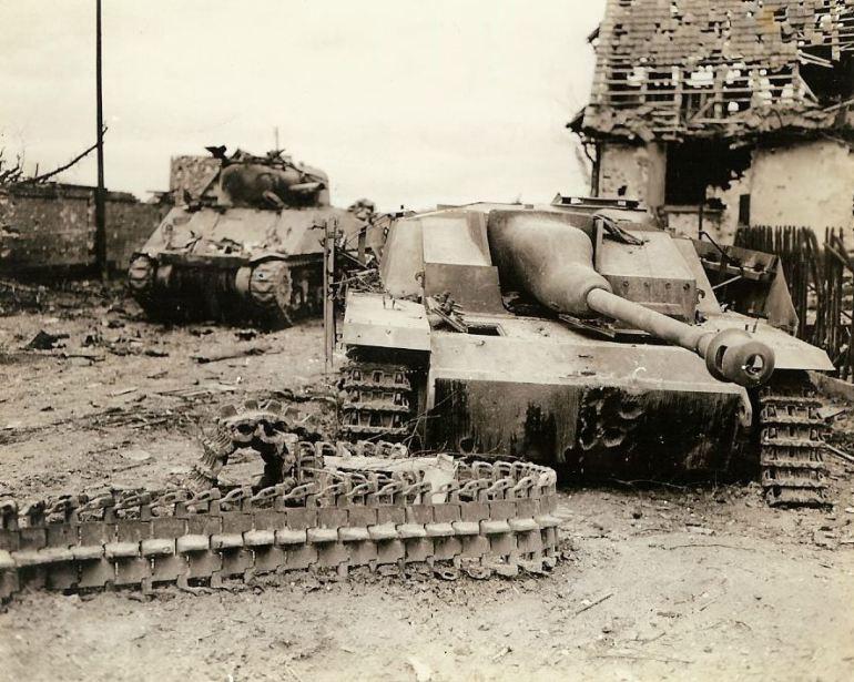 Tanque M-4 americano derrubado, ao lado de um Sturmgeschütz IV alemão.