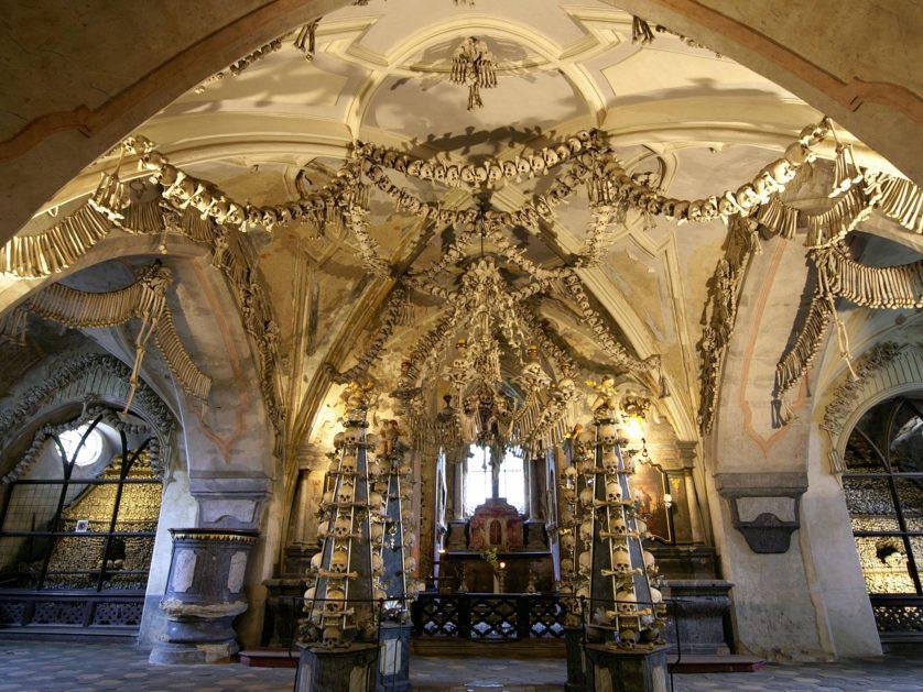 Ossuário de Sedlec com ossos humanos 2