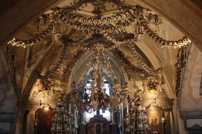 Ossuário de Sedlec com ossos humanos