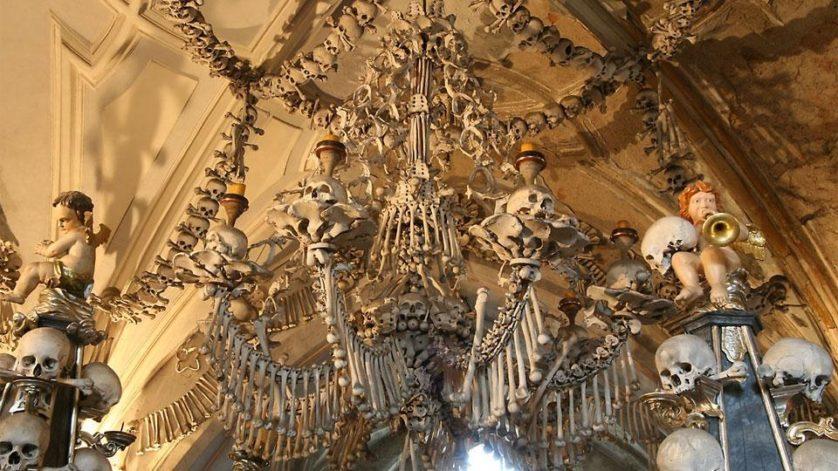 Ossuario de Sedlec com ossos humanos