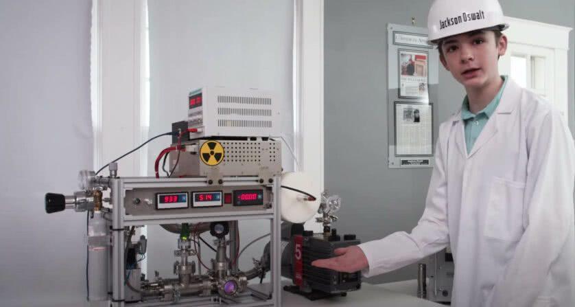 Il ragazzo mostra il suo reattore nucleare a fusione fatto in casa