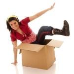 frau steigt aus kiste Komfortzone verlassen out of the box
