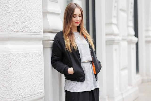 Modebloggerin Helena zeigt Outfit mit Bomberjacke. German Fashion Blog shows a Streetstyle with a Bomber Jacket.