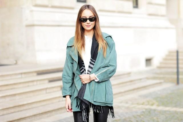 Deutscher Modeblog aus Frankfurt zeigt autumn Looks und Streetstyles. German Fashion Blogger Helena zeigt Herbst Outfit mit grünem Parka.