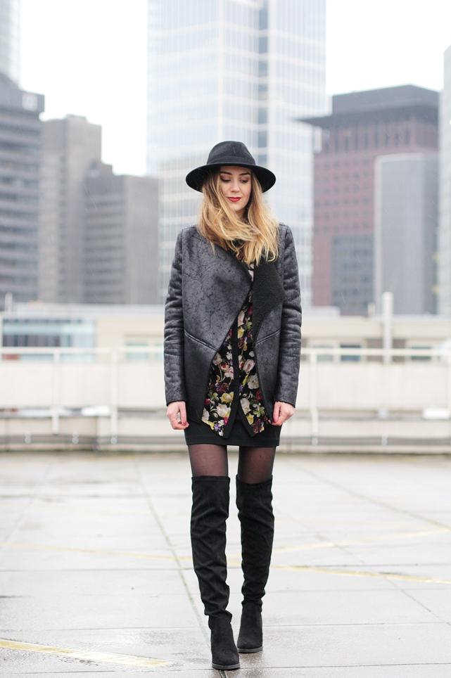 Street style look mit Overknees, Hut und Lederjacke vom Modeblog Deutschland.