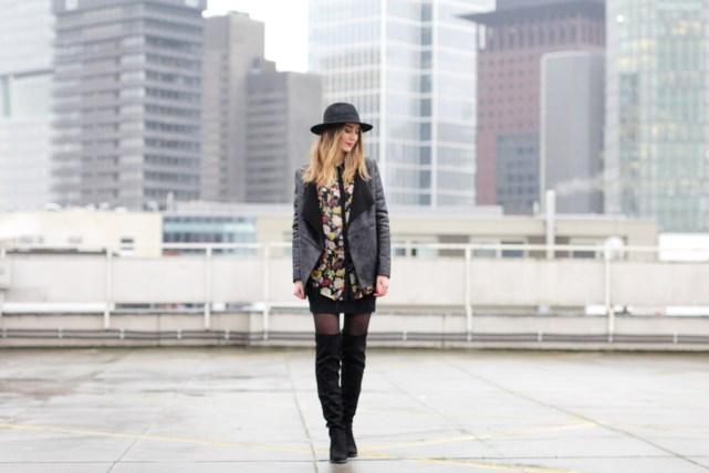 Outfit Overknees mit Lederjacke und Hut - Modeblog Deutschland