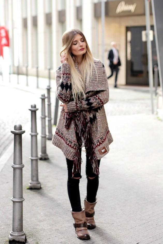 Auf ihrem Modeblog trägt Bloggerin Laura einen Cardigan mit Fransen im Boho Look und kombiniert dazu lässige Boots.