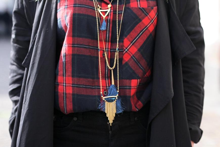 Deutscher Outfit Blog mit Kairohemd, Mantel und langen Ketten.