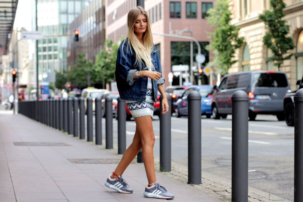 Modeblog-German-Fashion-Blog-Outfit-Jeansjacke-Azteken-Rock-Sneaker-3