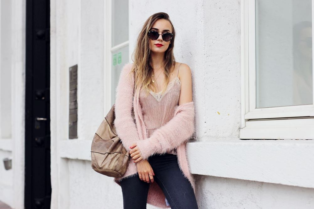 Modeblog-German-Fashion-Blog-Outfit-Rosa-Cardingan-Jeans-Look-10
