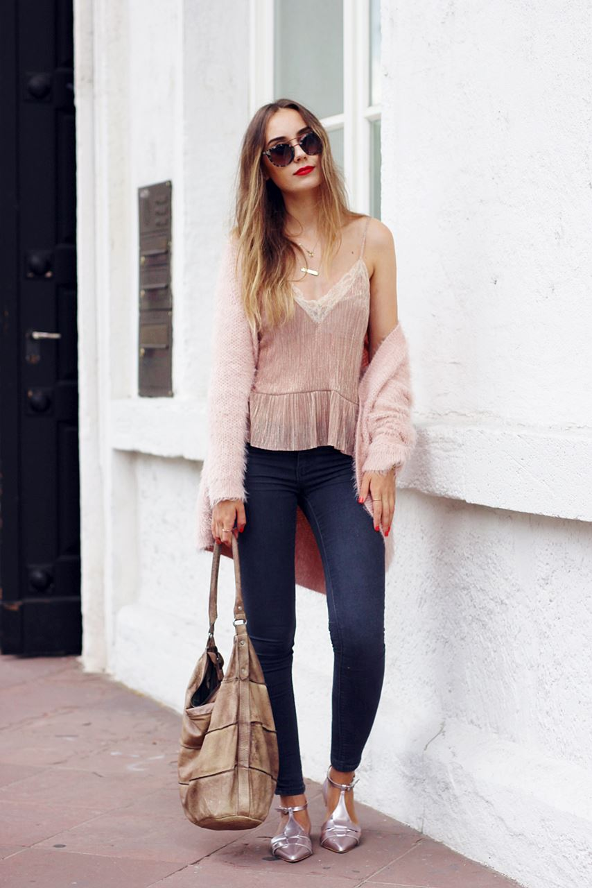 Modeblog-German-Fashion-Blog-Outfit-Rosa-Cardingan-Jeans-Look-2