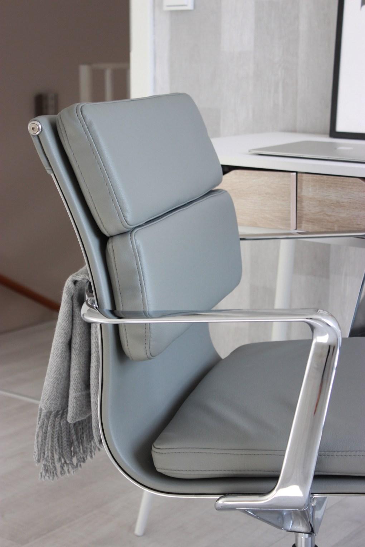 Arbeitszimmer Interior im skandinavischem Wohnstil mit Bürostuhl in grau von Cult Furniture.