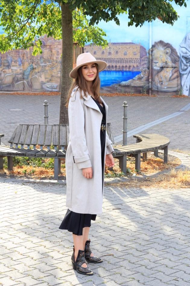 Falconeri Frankfurt mit italienischer Mode - Kaschmirmantel und Seidenkleid Outfit auf Modeblog Deutschland