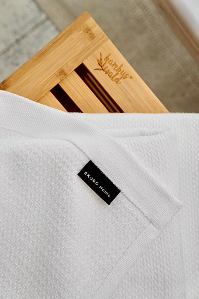 Bambus-Wäschetruhe von deinbambuswald.de und Bio-Handtücher in weiß von sprüesinn24.de