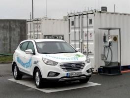 Bild Wasserstoffauto mit Waserstofftankstelle