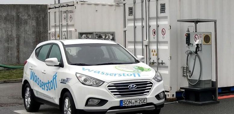 Bild Wasserstoffauto vor Wasserstofftankstelle