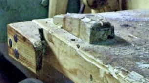 """Arbeidsbenk med bordklipe frå boka """"Trebåtbygging"""" av Ulf Mikalsen, 2006. Billedteksten hans er """"Bordklipe og stoppekloss"""". Stoppeklossen er høvelstoppen oppå benken."""