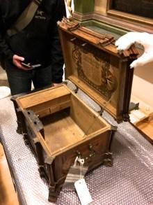 Innvendig har kista ein leddik. Låsen skal vere arbeidd av smeden P. A. Trolhoff. Foto: Roald Renmælmo