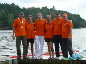 Op de foto: het HZ&PC Masterszwemteam tijdens de Wereldkampioenschappen Masterszwemmen 2010 in Gotenborg (Zweden)