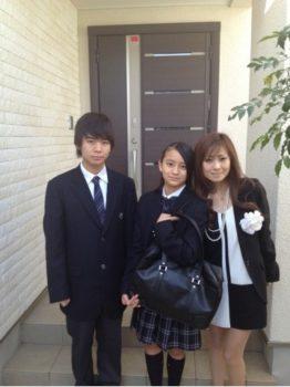 そして、隆之介さんは祐佳さんのブログにもよく登場していて、ファンからは「ほんと、美男美女兄妹ですね」など兄妹そろってルックスの良さを絶賛されているようです。