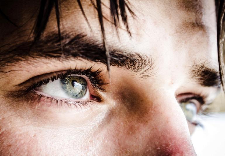 vedere încețoșată a ochiului drept)