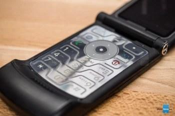 Motorola RAZR V3 был сверхтонким для своих дней и имел футуристическую клавиатуру - вот почему Motorola RAZR V3 когда-то был самым крутым телефоном в мире