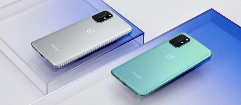 OnePlus 8T, Ay Gümüşü (solda) ve Akuamarin Yeşili (sağda) olmak üzere iki renkte gelir - OnePlus 8T, iki pil, 120Hz düz ekran ve 65W hızlı şarj ile birlikte gelir