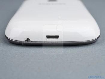 porta microUSB (inferior) - Os lados do Samsung Galaxy jovem Duos - Samsung Galaxy jovem Duos Visualização