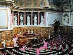 l'hémicycle du sénat, où les sénateurs débattent.