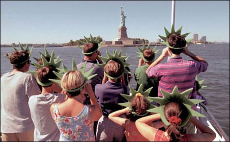 top 10 funny tourist snapshots tourists new york liberty statue