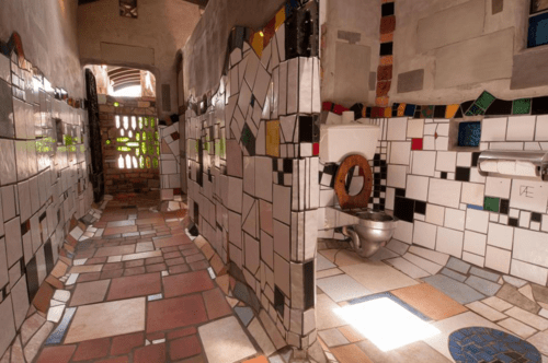 Nhà vệ sinh này được lấy theo tên của người thiết kế ra nó, kiến trúc sư, nghệ sĩ Hundertwasser.
