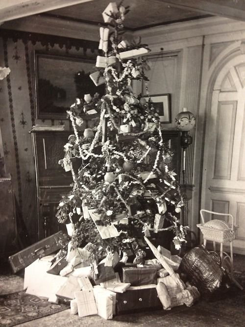 The Upton Christmas Tree, circa 1904. Salem.Wow, look at all the popcorn strings & Not a Gift Bag in sight. tutu. I love it.