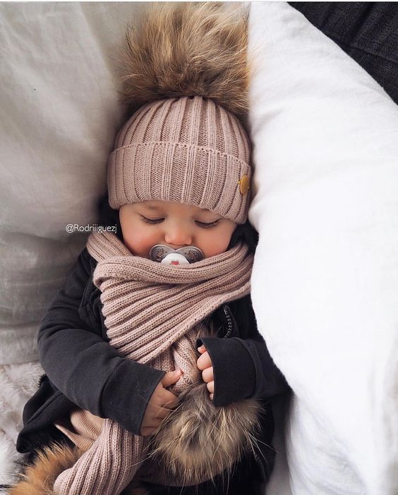 Super Soft and Super luxuries.30% Cashmere 70% Acrylic ,Racoon fur PomPom baby hat!!Cream,Blue,Mustard,Black hats fits babies from 0-10 months!!Grey,Baby pink,