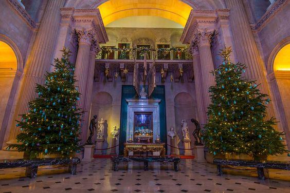 Виндзорский замок, графство БеркширСегодня в замке, ставшем символом британской монархии, живет и работает около 500 человек. Королева приезжает сюда два раза в год — в марте и июне (для участия в традиционных церемониях, связанных с Орденом подвязки), а на Рождество традиционно украшают Государственные апартаменты.