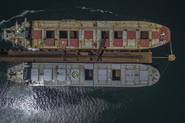 © Bloomberg. A machine loads iron ore into bulk carrier vessels at the Vale SA Guaiba Island Terminal in Rio de Janeiro, Brazil, on Monday, March 19, 2018. Photographer: Dado Galdieri/Bloomberg