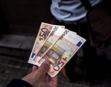 Euro Slumps to 4-Month Low Amid Weaker Data, Virus Fallout Fears By Bloomberg