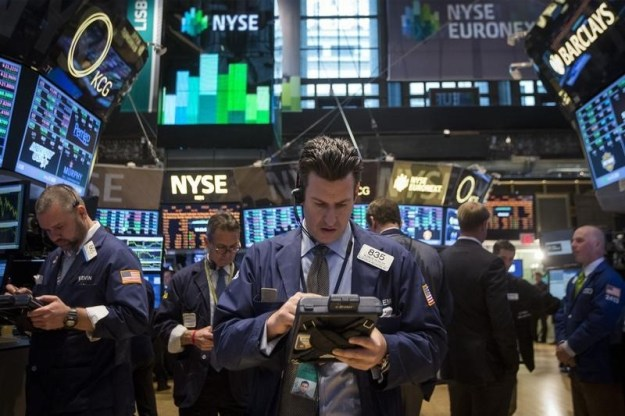© Reuters. U.S. stocks lower at close of trade; Dow Jones Industrial Average down 2.83%