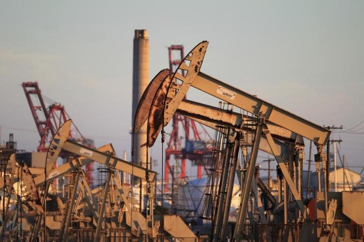 © Reuters. Oil prices edged up on Friday morning in Asia