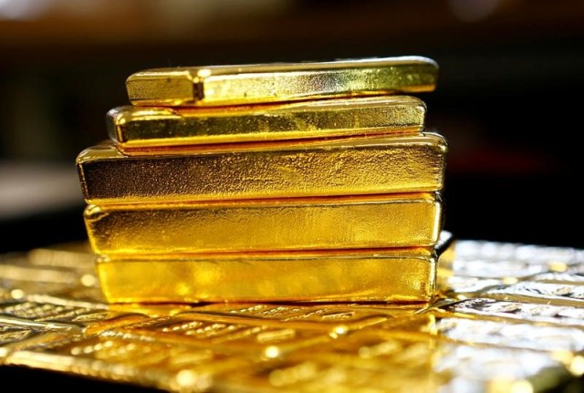 © Reuters. PRECIOUS-Gold inches lower as trade optimism, dovish ECB lift equities