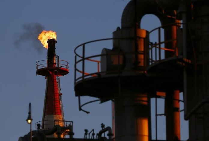 © Reuters. Crude futures rose during the European session