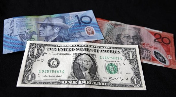 © Reuters. The U.S. dollar remained unchanged, while the Aussie dollar slipped on Friday