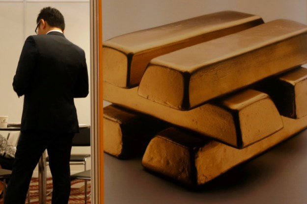 © Reuters. Gold ends lower, still posts a small gain for the week