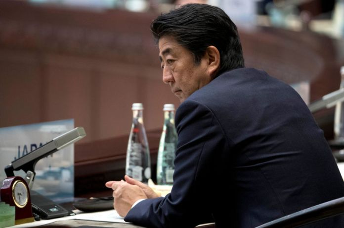 © Reuters. Abenomics' impact fading at sensitive moment for Japanese economy